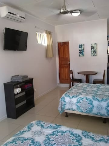 PRIVATE APT STEPS FROM BEACH & TOWN
