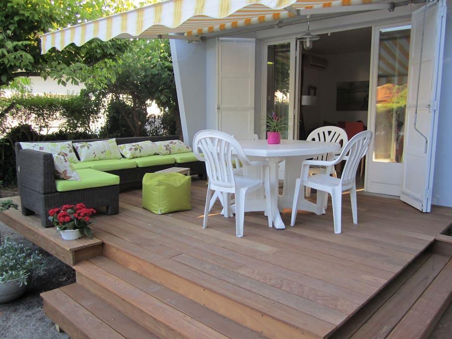 La terrasse donne sur le séjour avec ouverture totale de la baie vitrée