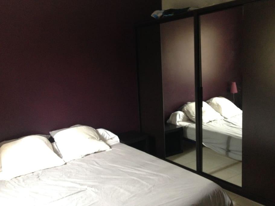 Chambre de 12m² avec lit double, deux grands placards,