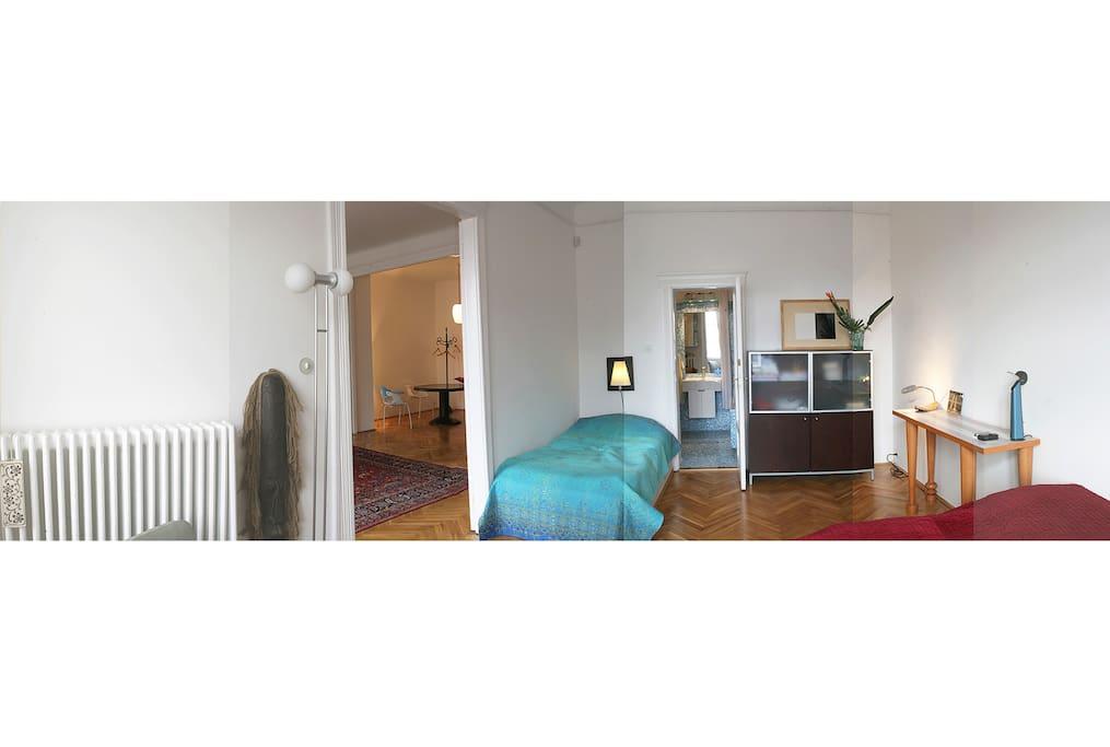 Panoramablick vom Schlafzimmer ins Wohnzimmer und Bad