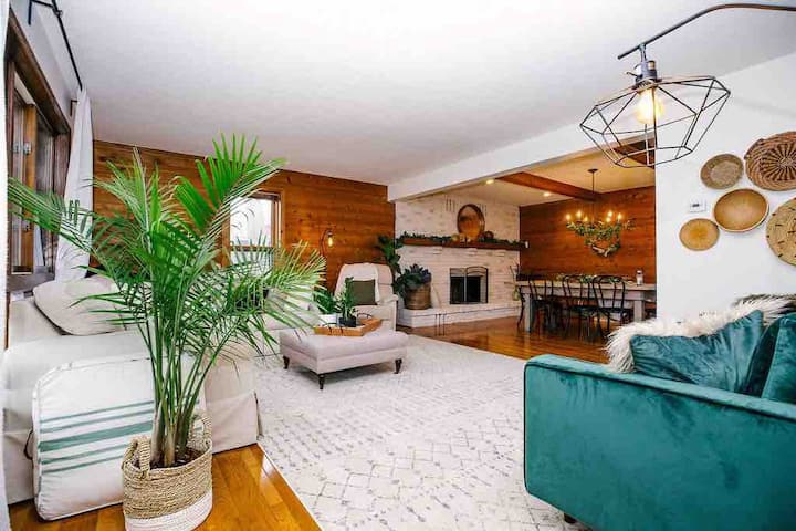 Large Retreat Minutes From Both Downtowns
