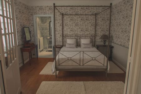 Suite Peonía_Maison de la Paloumère - Sallespisse - Bed & Breakfast