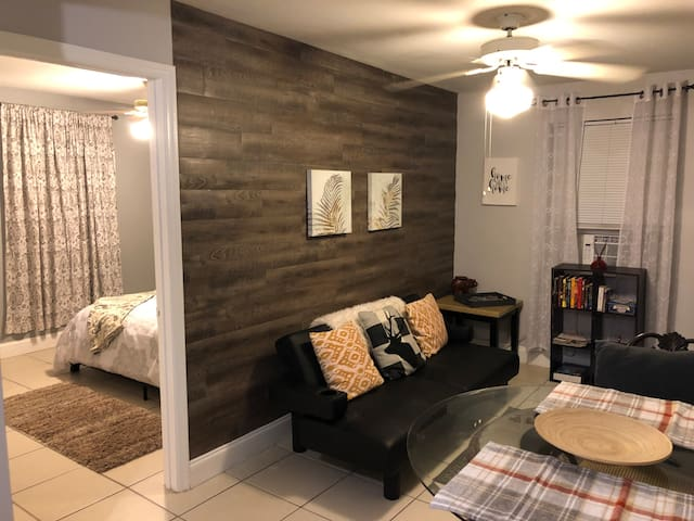 Cozy West Tampa cottage centrally located to all.