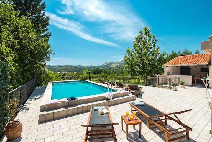 Villa Divina (exceptional privacy, heated pool)