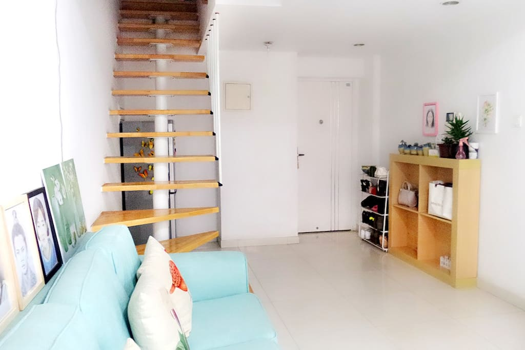 一楼客厅的进门处+楼梯
