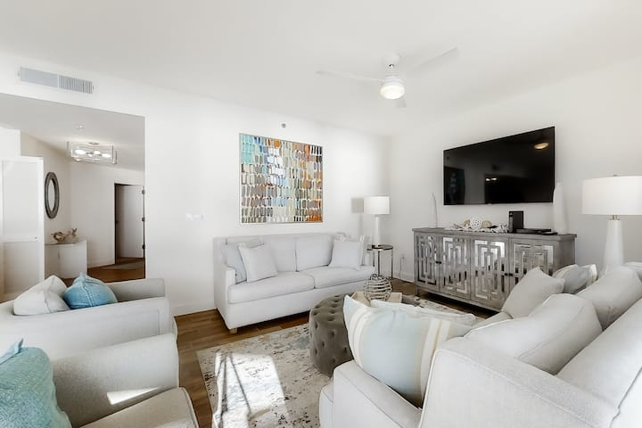 Truly elegant, ninth floor condo w/ shared pools, hot tub, gym, & beach access!