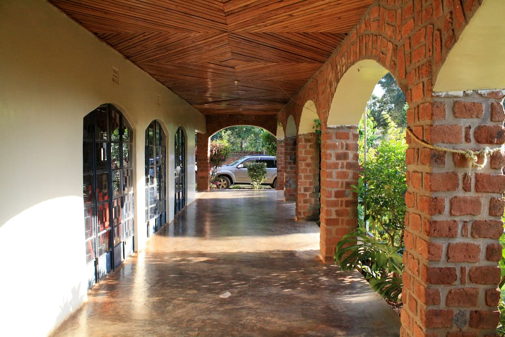 The spacious veranda is ideal for relaxing in the evening while listening to the sounds of the tropics