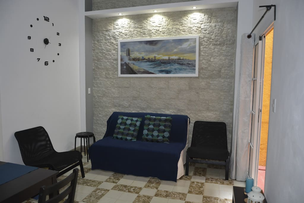 Sala espaciosa e iluminada, amueblada con un sofá cama doble muy confortable/Spacious and bright living room, furnished with a very comfortable double sofa bed