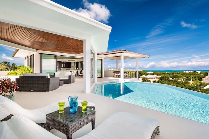 """ON THE ROCKS"" Luxury Getaway with Stunning Views!"