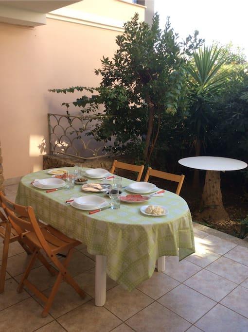 Colazioni, pranzi e cene in una tranquilla ed ampia veranda
