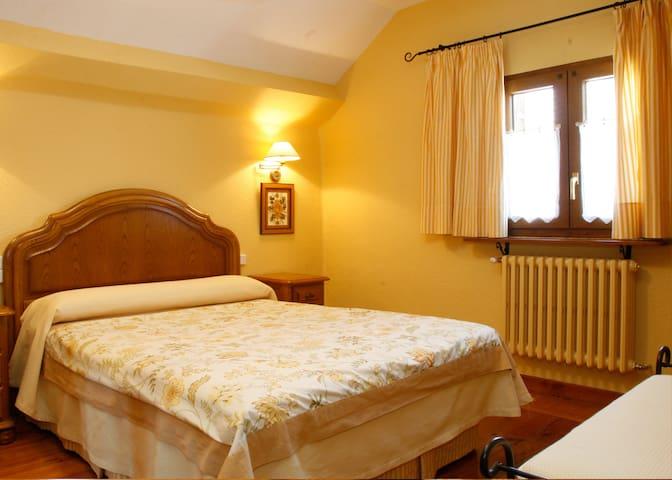 Pequeña y acogedora habitación con cama de matrimonio de 1,50m