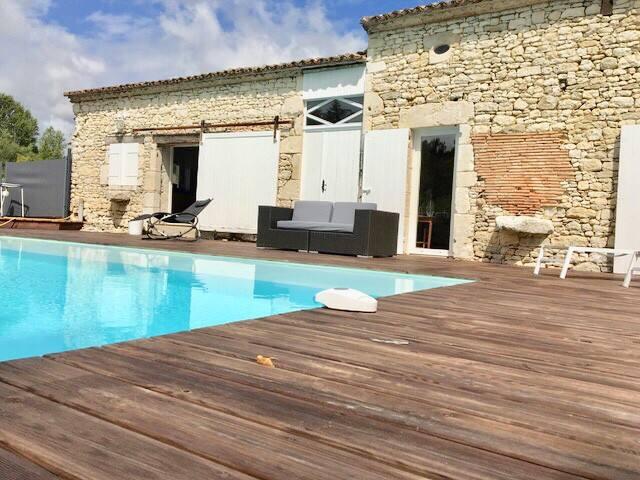 Jolie maison en pierre : piscine à débordement