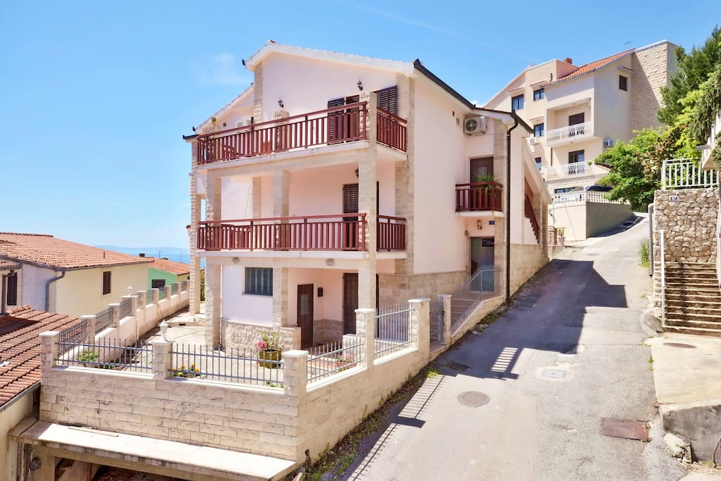 3 apartments are on the second floor: door to door.Each is suitable for 2- 4 guests