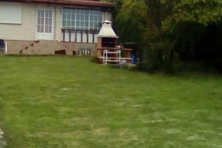 Preciosa casa con jardín y piscina