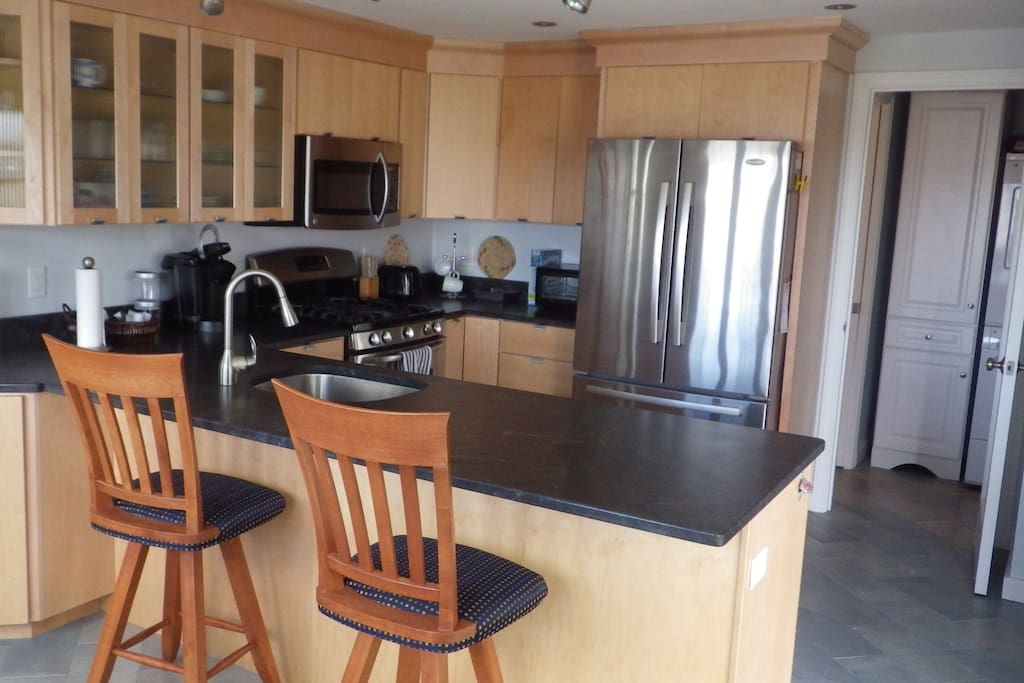 Fully equipped Kitchen with breakfast bar and Table for four