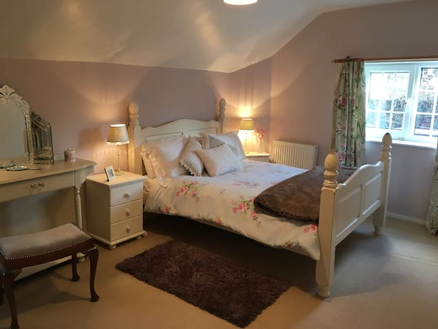 Quirky 2 bed Cosy Cottage - Free Wi Fi & Garden