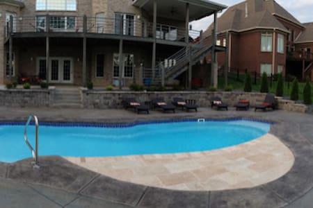 Home near Valhalla w/pool - Louisville - Ház