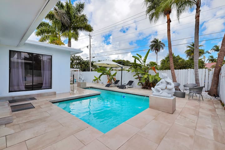 Modern 4BR Retreat w/Pool-Close to Beach