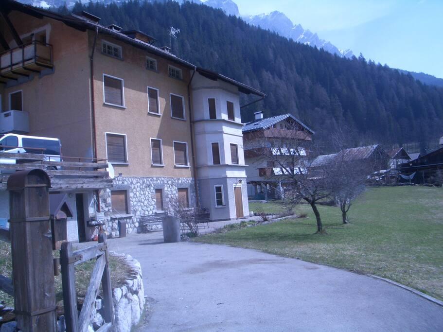 Vista dell'esterno della casa.