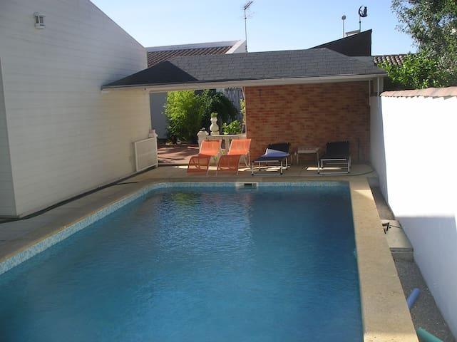 LE PATIO Location pour deux personnes, piscine.