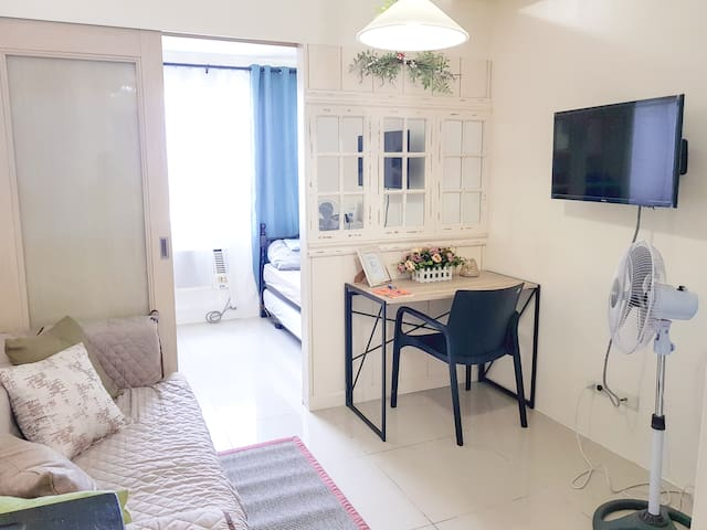 Chic, bright, clean space + WIFI near Ateneo / UP