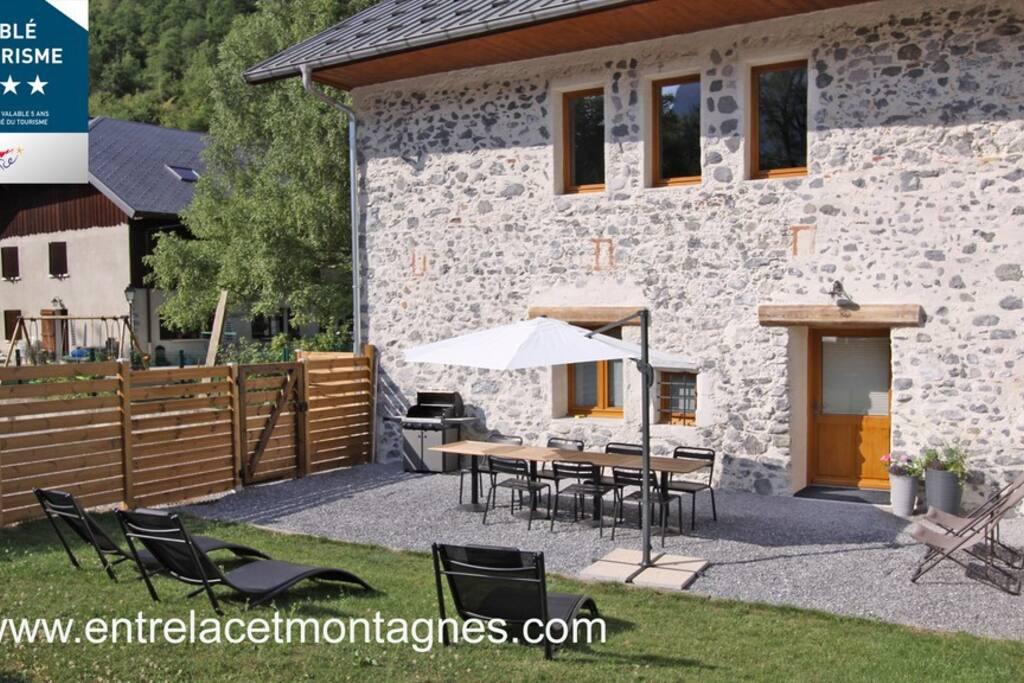 Jardin terrasse exposé sud avec transats et barbecue