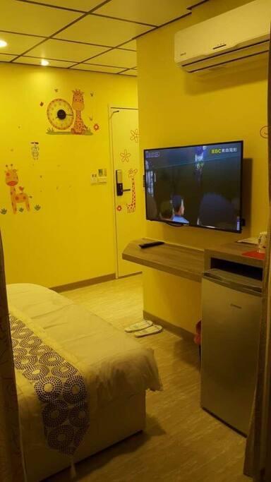 43吋大電視,書寫旅遊日誌小桌平台