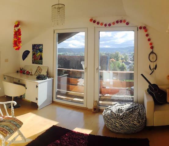 Freundliches Zimmer mit Balkon und Bergblick