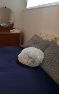 Chambre dans un appartement entièrement équipé