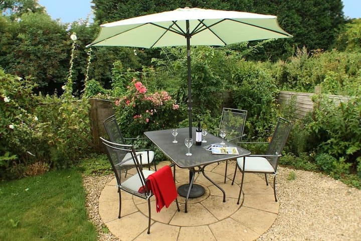 Sandhole Barn Sleeps 4, Set back within secluded mature gardens lies this charming and peaceful holiday cottage. - Snodland, Maidstone - Ev
