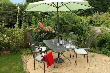 Sandhole Barn Sleeps 4, Set back within secluded mature gardens lies this charming and peaceful holiday cottage. - Snodland, Maidstone - Σπίτι