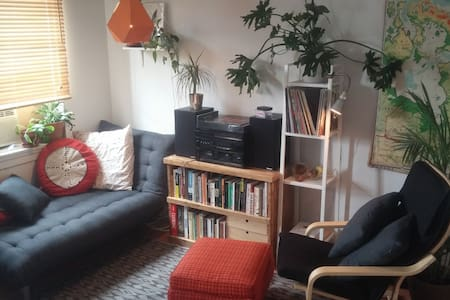 Huge Nice Room in a Bloor Street Walk Up - Toronto - Lakás