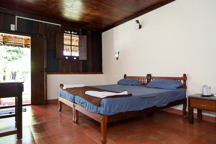 Spacious Heritage room near Cherai Beach - Vypin