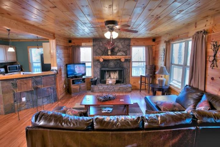 Fabulous Cabin with Hot Tub and Pool Table