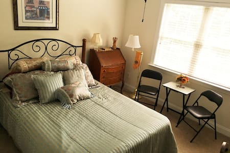 Cozy bedroom; access to bike trail; basement pub. - Clayton - Haus