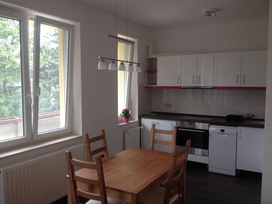 offene Küche mit Essecke/ open kitchen with dining area