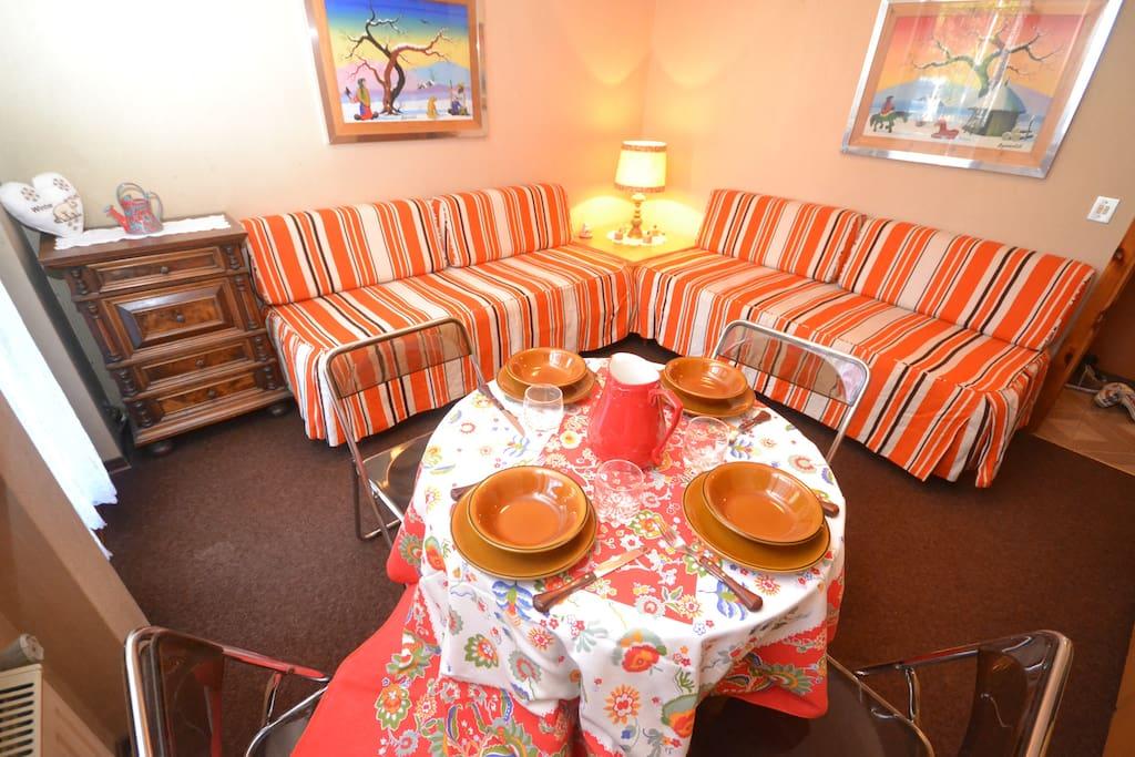 Sala con divani letto singoli e tavolino pranzo