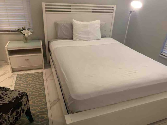 Comfy Bedroom near everything