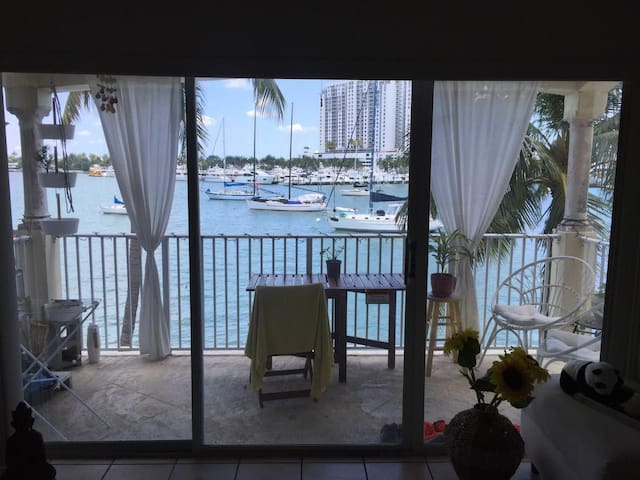 1bd private or shared living room - Miami Beach - Apartamento