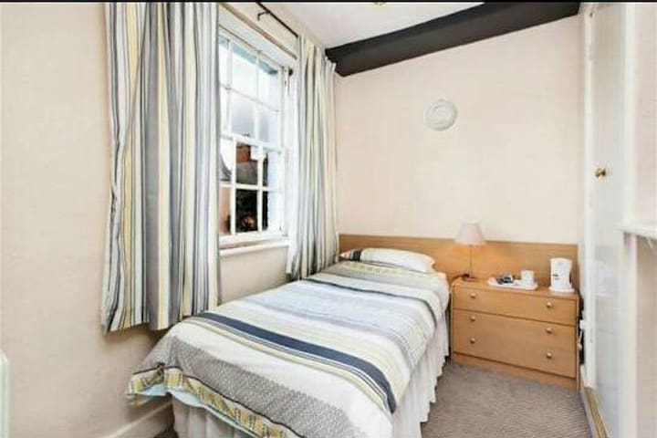 A cosy single room with ensuite and breakfast
