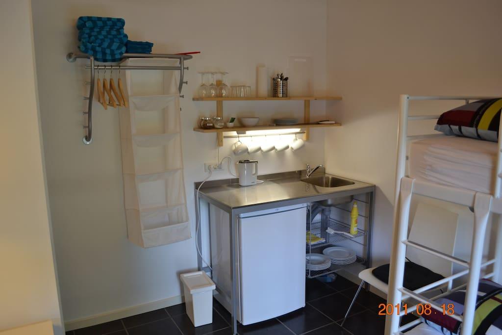 Te køkken med køleskab, elkedel og service. Alt hvad du skal bruge.