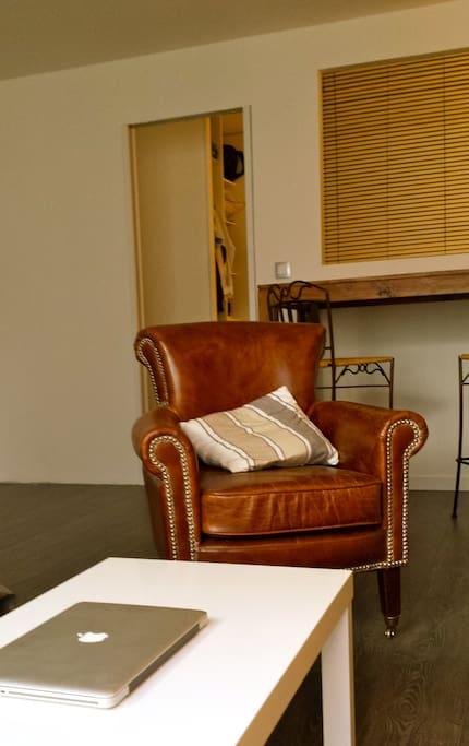 salon chaleureux et moderne.