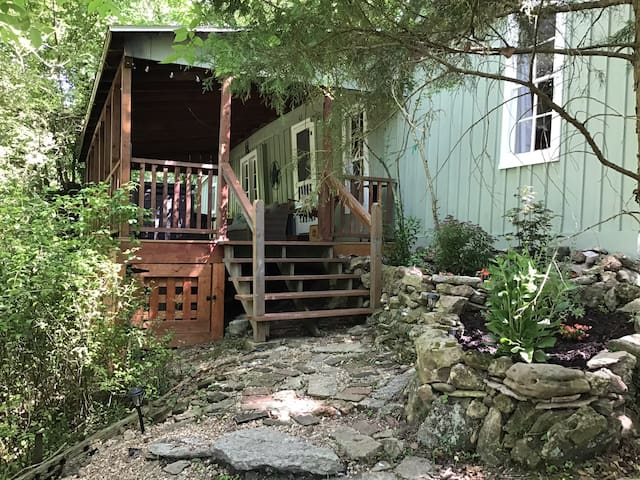 Creekside Cottage (Pet Friendly with Hot Tub)
