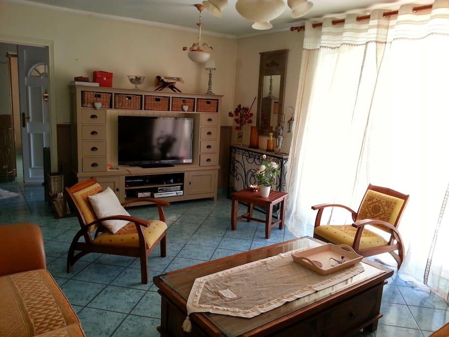 Le salon, confortable et spacieux. Téléviseur grand écran, satellite et chaines ADSL. Accès Internet Wi-Fi dans toute la maison.