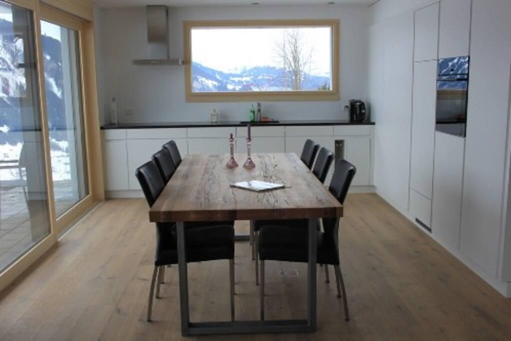 Neue Wohnung mit rustikalen Möbeln