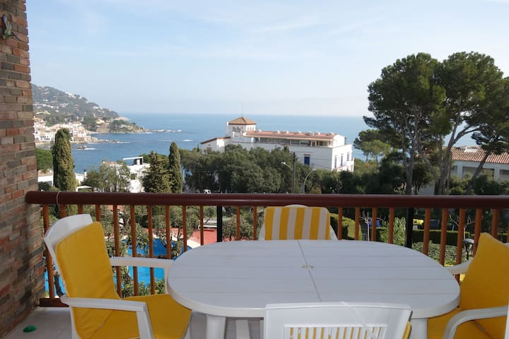 Apartment with the best views of the sea of Calella, community pool and near the center!