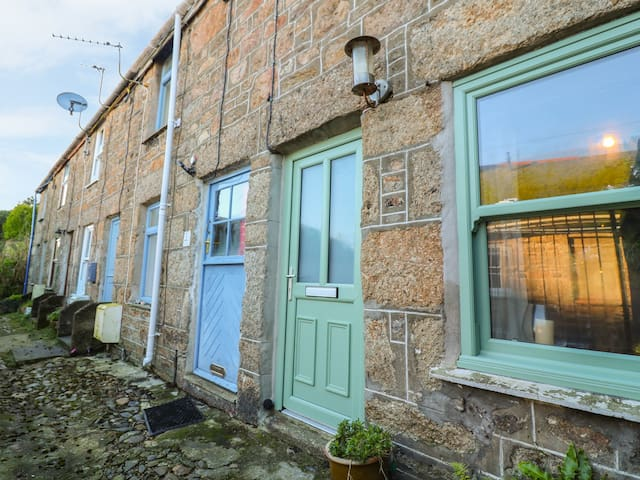 STAR OF THE SEA, pet friendly, with open fire in Newlyn, Ref 25995