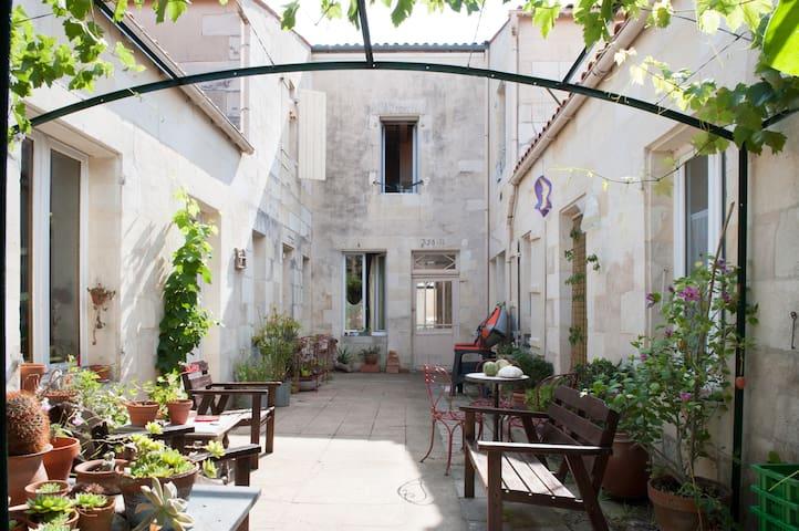 Escale basique , sobre, minimale  - Rochefort - House
