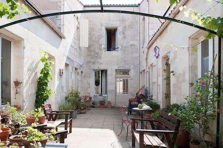 Escale basique , sobre, minimale  - Rochefort