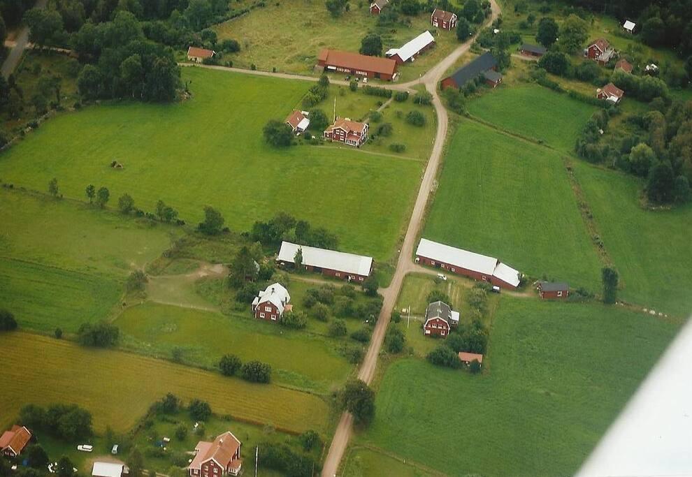 Till höger ligger huset